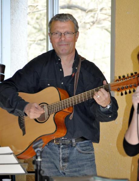 """Luc, notre guitariste, à """"la 12 cordes"""""""